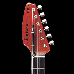6弦部分の指板を延長することにより、ポジショニングを変えることなくDrop Dを実現。可動ストリングピン(実用新案 第2567623号)により、ノーマルチューニングでも演奏できます。